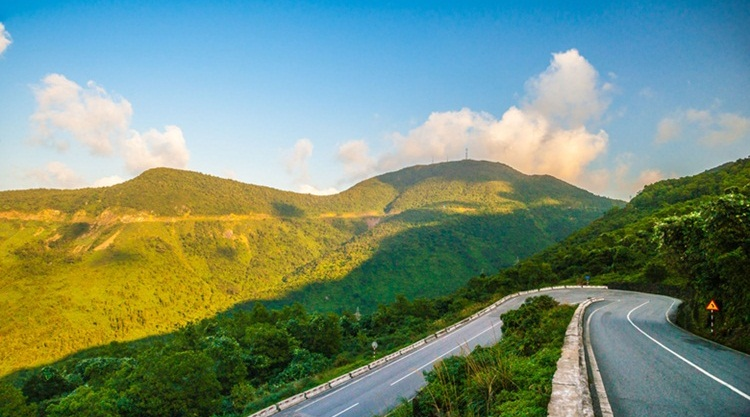 hai van pass is located between from Hoi An to Hue