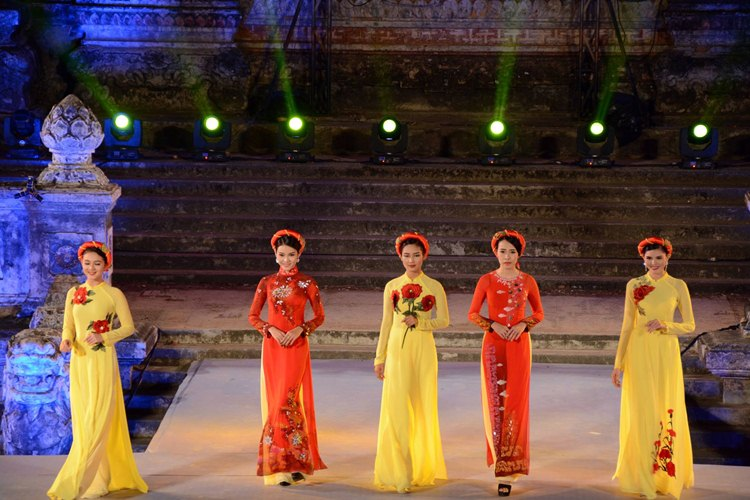 Ao Dai - Long traditonal dress in Vietnam