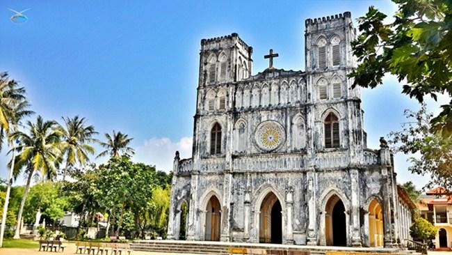 Ancient features of Mang Lang church. Photo byBa Khang
