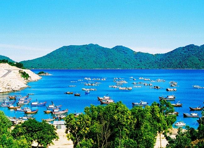 Blue water in Vung Ro Bay. Photo by Mang Phu Yen