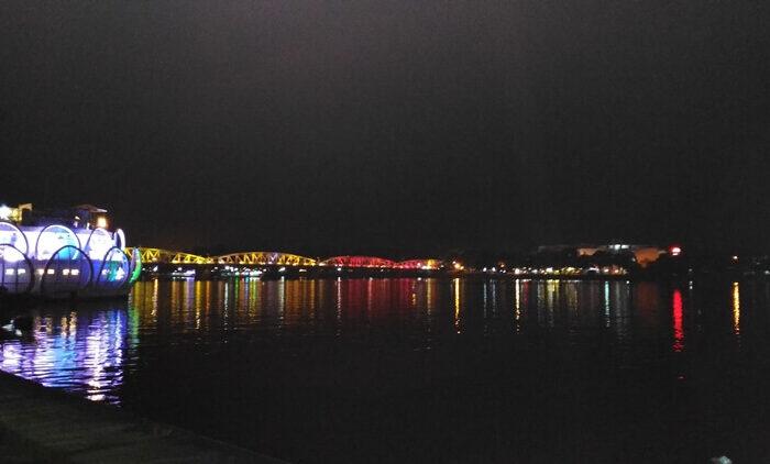 trang tien Hue at night