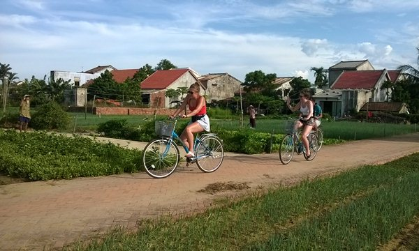 Cycling through the vegetable village Tra Que