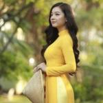 girl wearing ao dai
