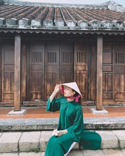 A Vietnamese girl wears non la